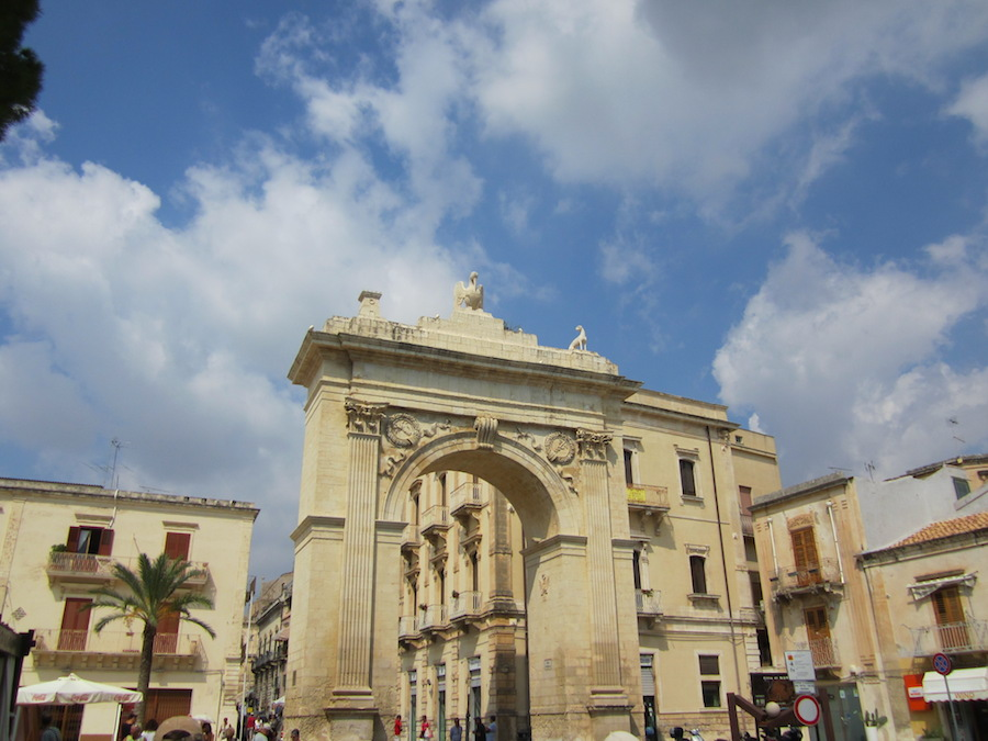 La Porta Reale, entrada a la ciudad de Noto. Foto de María Calvo.
