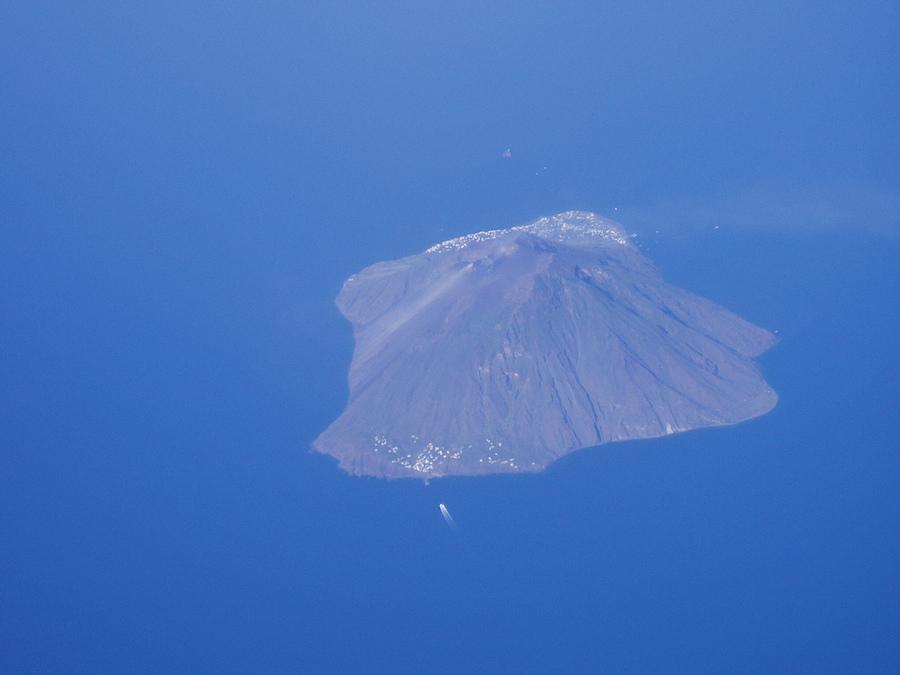 Stromboli depuis l'avion. Photo de vcastelo.