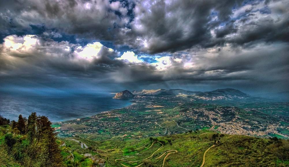Paysage superbe depuis les hauteurs d'Erice, village de conte de féés au nord de Trapani.