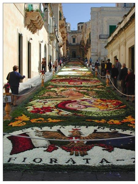 Tapis fleuris dans le Corrado Nicolaci lors de la Infiorata, festival fleuri de Noto.