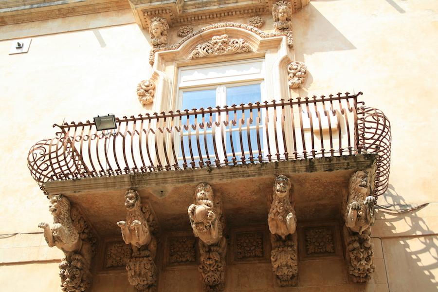 Magnifiques balcons du Palazzo Nicolaci, ornés de quimeres.