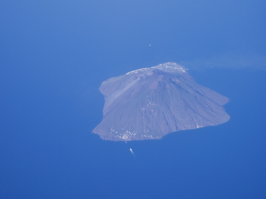 Stromboli depuis l'avion. Photo de vcastelo.