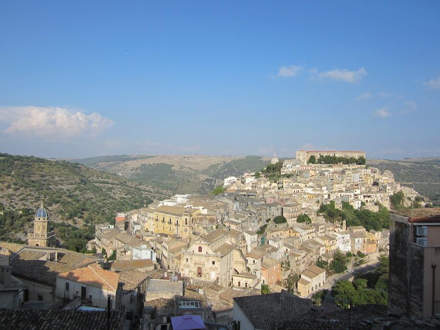 Magnífica vista de Ragusa Ibla desde el balcón y las escalinatas que la separan de la ciudad nueva. Foto de María Calvo.