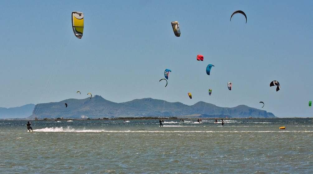 Les voiles des kitesurf tapissent le ciel de l'ouest de Sicile.