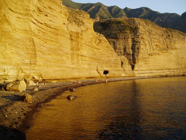 Plage à côté des falaises de Pollara. Photo de Le Gyroscope Voyageur©.