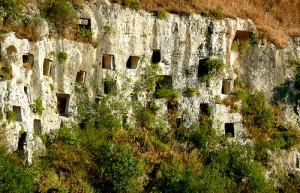 Reserve Naturelle des Gorges de Pantalica. Les falaises sont trouées de tombes bizantines.